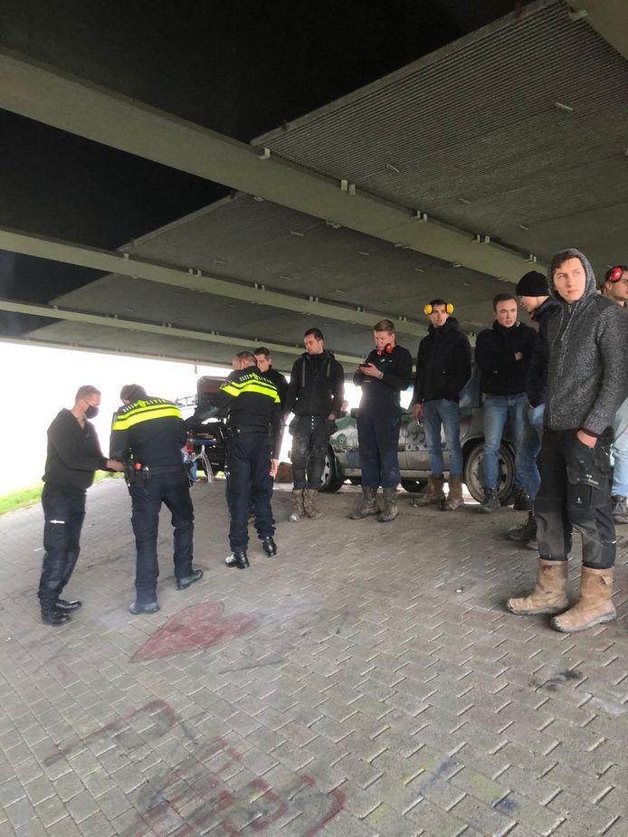 De politie schrijft dwangsommen uit aan jongeren die zich op oudejaarsdag verzamelden onder de Molenbrug in Kampen.