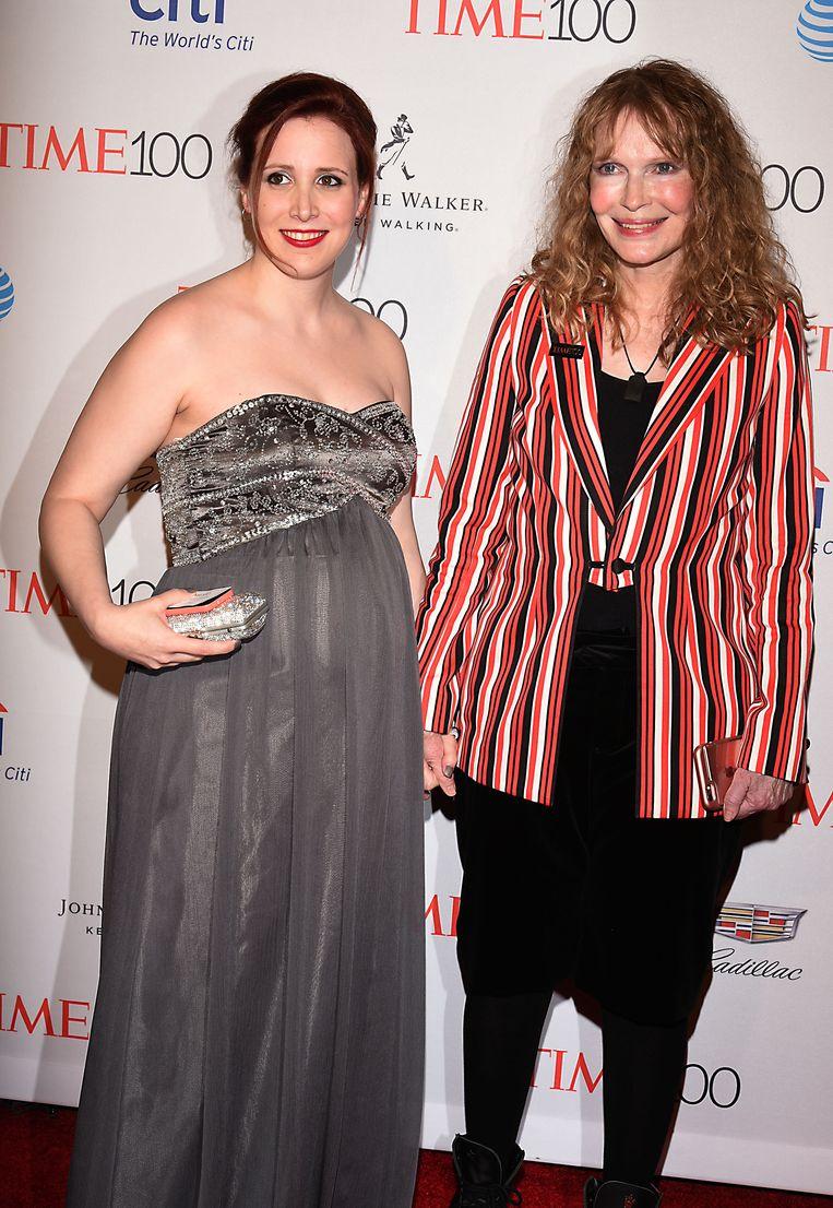 Dylan Farrow (l.)  is de dochter van Allens ex-echtgenote Mia Farrow (r.). Volgens Dylan werd ze aangerand door haar stiefvader. Beeld BELGAIMAGE