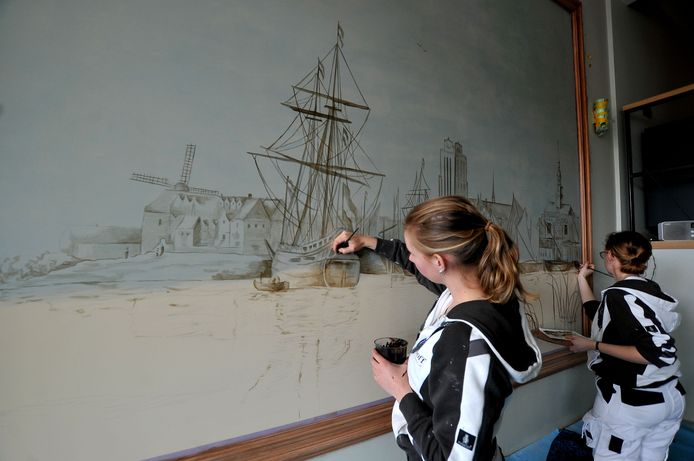 Decoratie- en restauratieschilders Inge Modderkolk (links) en Jorina Zondervan van schildersbedrijf Tommie Nijhoff maakten de reusachtige muurschildering.