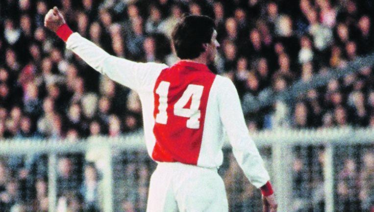 Johan Cruijff vraagt om de bal tijdens Ajax-NEC (5-0) in april 1982 Beeld anp
