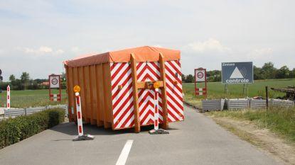 """Knokke-Heist verwijdert wegblokkades aan grens: """"Zowat dagelijks stelden we vandalisme vast"""""""