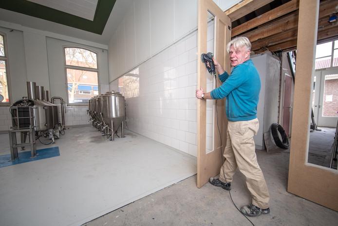 Zwollenaar Roland van Ark is nog druk in de weer om zijn brouwerij binnenkort in bedrijf te kunnen nemen.