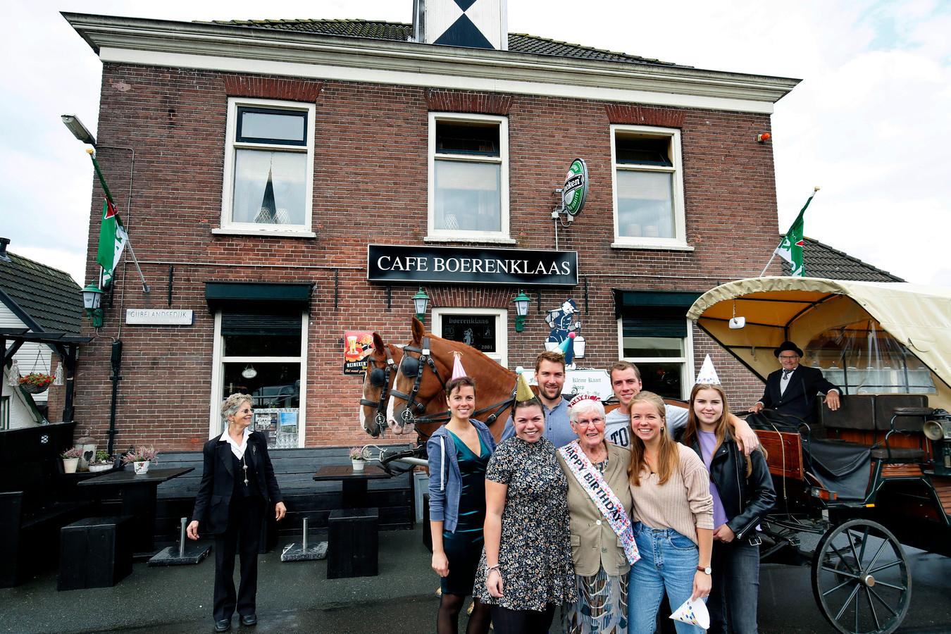 In café Boerenklaas in Brandwijk zijn in de loop van de tijd veel verjaardagsfeestjes gevierd, zoals van deze familie in de zomer van 2019.