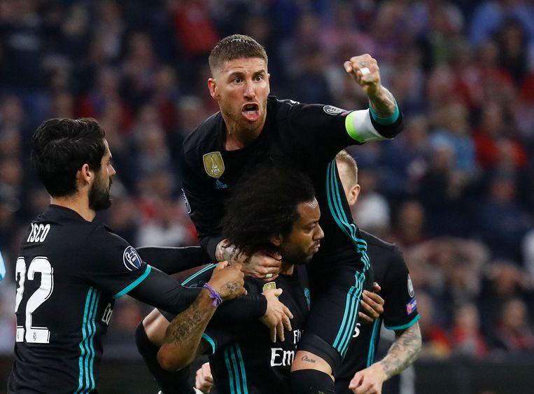 Real Madrid-aanvoerder Sergio Ramos pept zijn team op na de 1-1 van Marcelo. Beeld Photo News