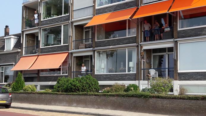Aanwonenden van de route bekijken de koers vanaf hun Rhenense balkons.