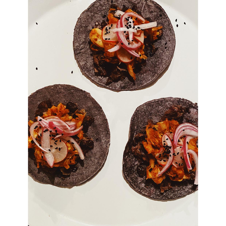 Tacos met pulled sriracha jackfruit. Beeld Yvette van Boven
