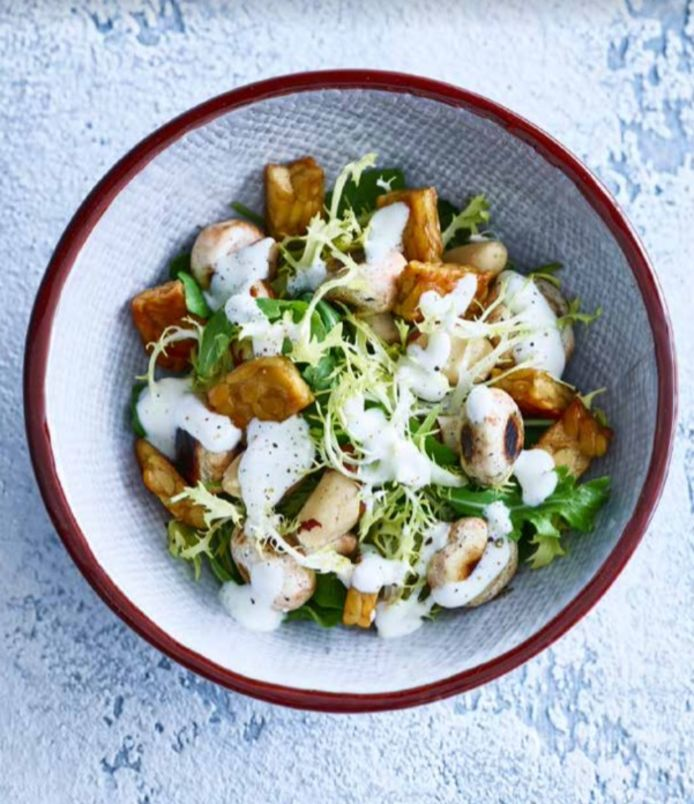 Lunchsalade met geroosterde paddenstoelen.
