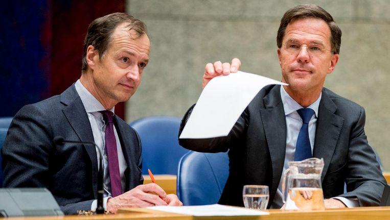 Minister Eric Wiebes van Economische Zaken en Klimaat (VVD) en Premier Mark Rutte tijdens het Tweede Kamerdebat over de omstreden memos rond de afschaffing van de dividendbelasting. Beeld ANP