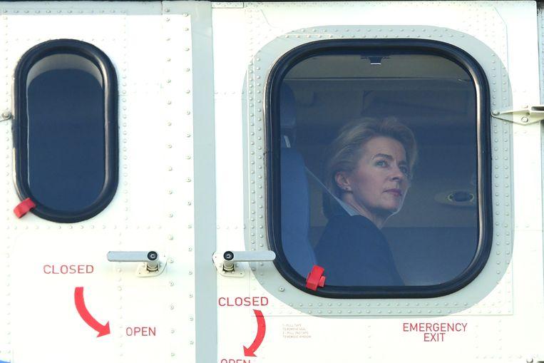 De Duitse minister Ursula von der Leyen van Defensie in een helikopter. Ze is de beoogde nieuwe voorzitter van de Europese Commissie. Beeld EPA