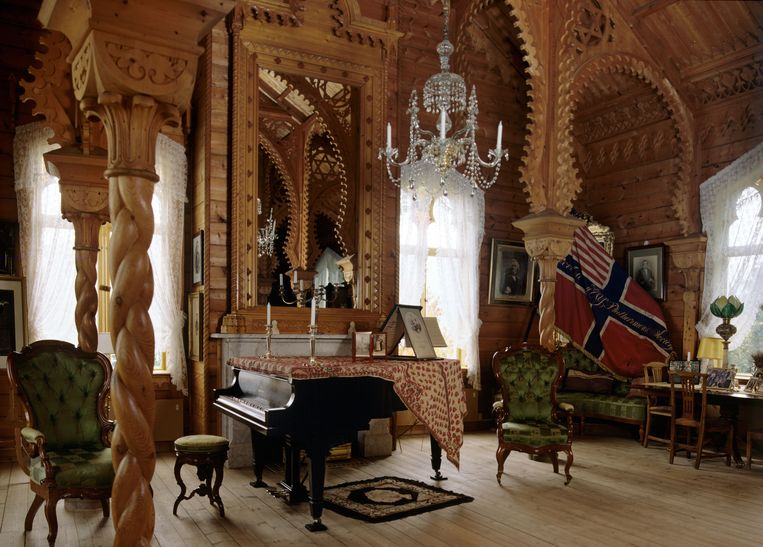 Het interieur is een wereldreis in hout, vol exotische referenties aan de vele culturen waar hij tijdens zijn tournees van proefde. Beeld Alamy