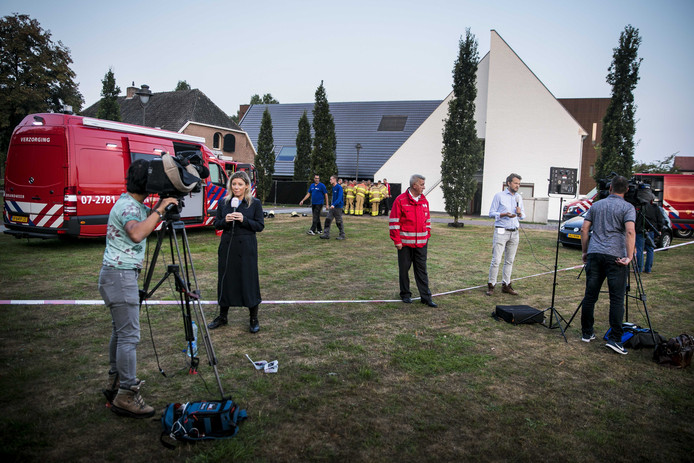 Brandweer en pers bij het gemeentehuis in Bemmel.