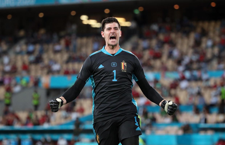 Thibaut Courtois viert na de goal van Thorgan Hazard tegen Portugal Beeld Getty Images