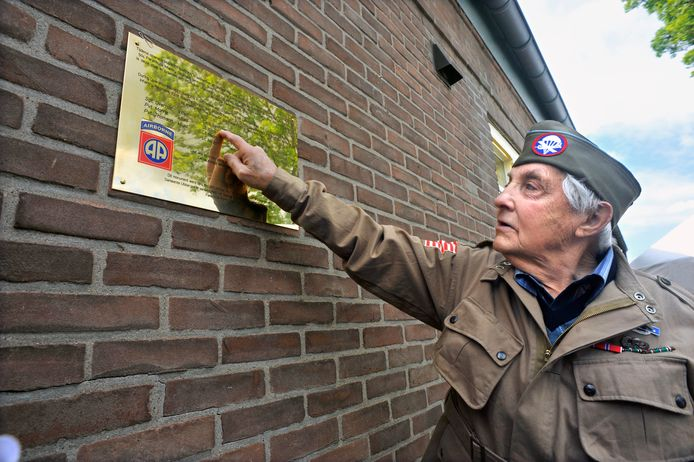 Veteraan George Roth net na de onthulling van de plaquette aan de boerderij in Erlecom in 2011. Roth was deel van de 504 Parachute Infantry Regiment en zegt zelf net voor de dodelijke mortieraanval nog op de Amerikaanse post te zijn geweest.