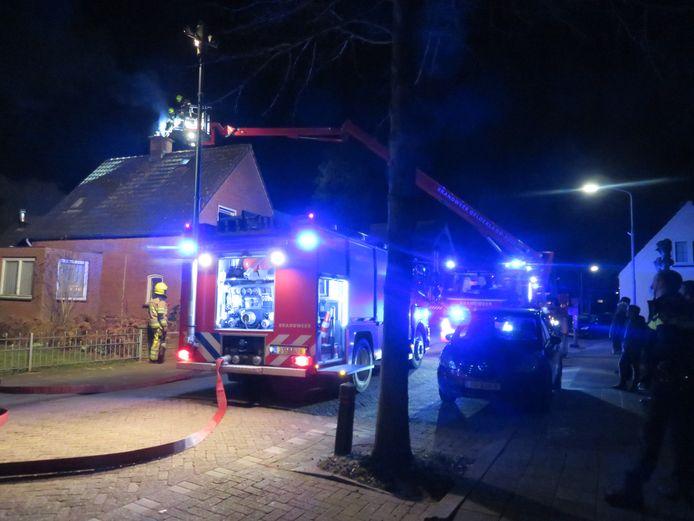De brandweer aan het werk bij de woning in Velddriel.