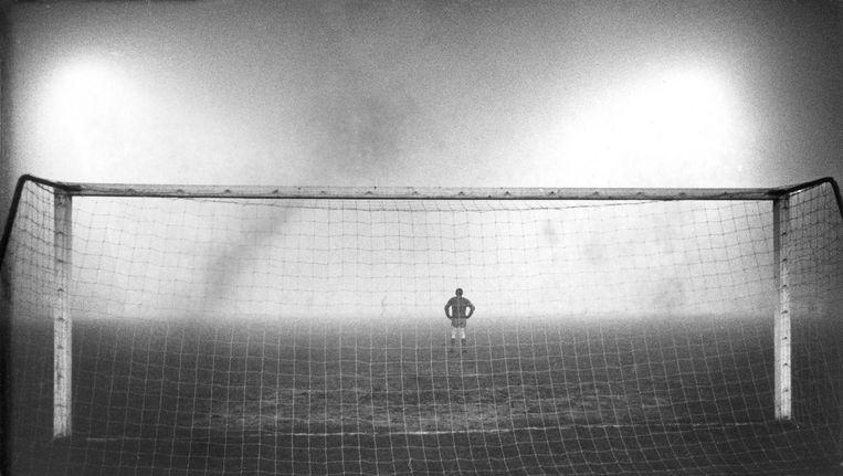 Liverpool-keeper Tommy Lawrence tijdens de wereldberoemde wedstrijd van 7 december 1966 Beeld anp