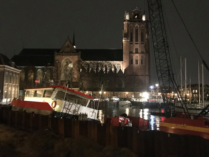 Schip in problemen op het Maartensgat in Dordrecht.