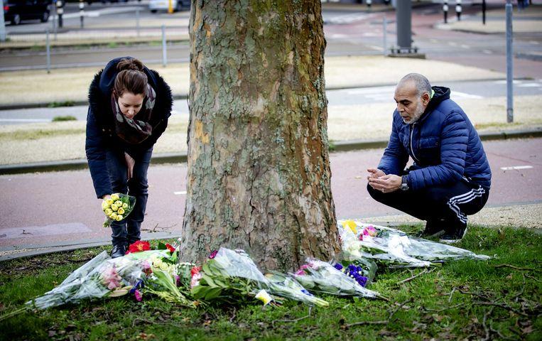 Er worden bloemen gelegd in de buurt van het 24 Oktoberplein in Utrecht.  Beeld Robin Lonkhuijsen, ANP