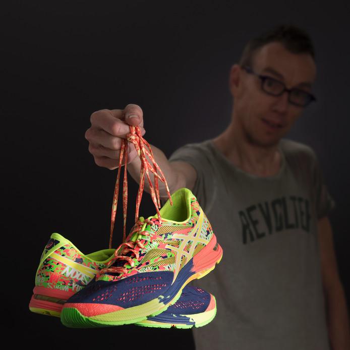Dolf Jansen en zijn schoenen.