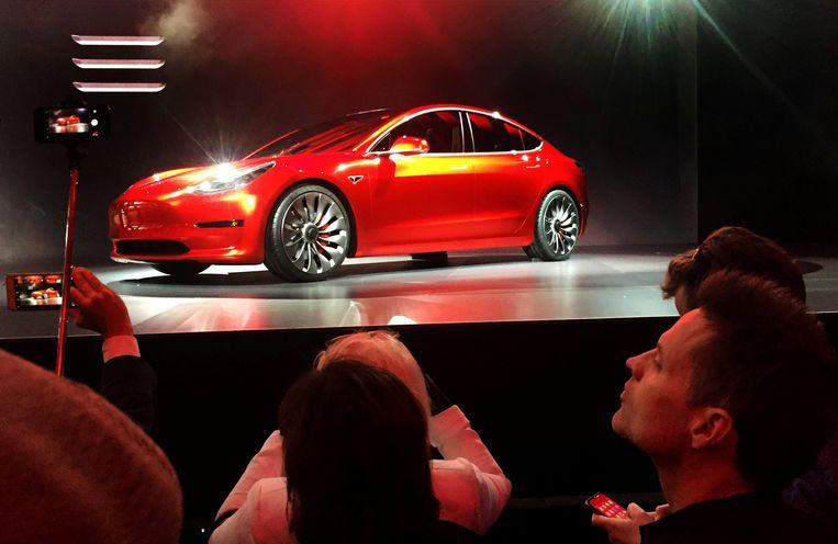 Een Tesla Model 3 tijdens de persvoorstelling in juli 2017. Het lot van Elon Musks bedrijf is volgens experts verbonden aan het succes van dit model. Beeld REUTERS