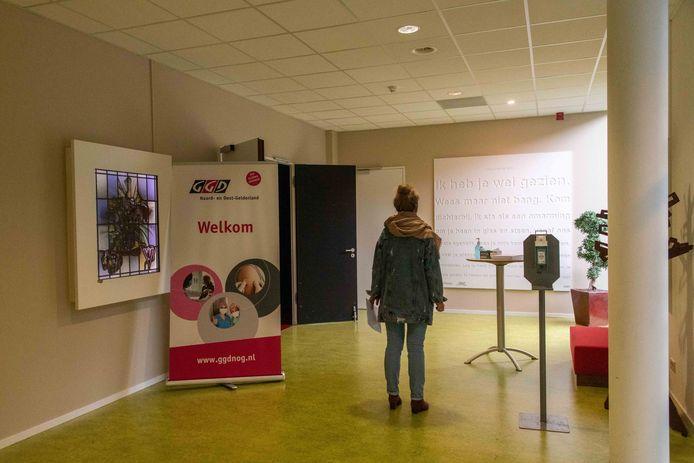 De theaterzaal van Veluvine was vandaag een popup-priklocatie van de GGD NOG. Mensen konden er in alle rust en zonder afspraak een prik halen.