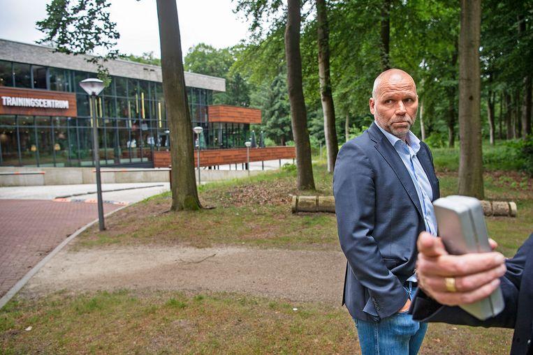 Nico-Jan Hoogma, directeur topvoetbal van de KNVB, staat  de pers te woord na het ontslag van Frank de Boer.  Beeld Guus Dubbelman / de Volkskrant