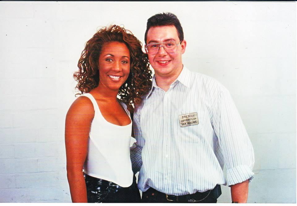 Kapper Marc Dekegel tijdens zijn jaren achter de schermen van Tien Om Te Zien op de foto met Penny Ford, zangeres van Snap.