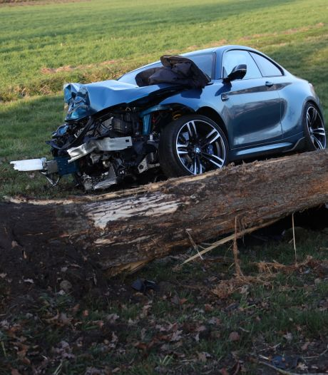 Auto vliegt uit de bocht en ramt boom uit grond