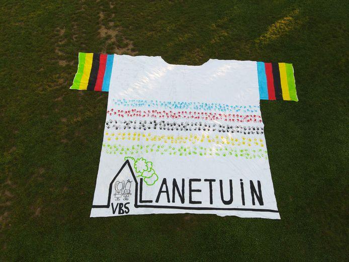 De WK-trui ligt in een veld langs de Nijvelsebaan in Tombeek.