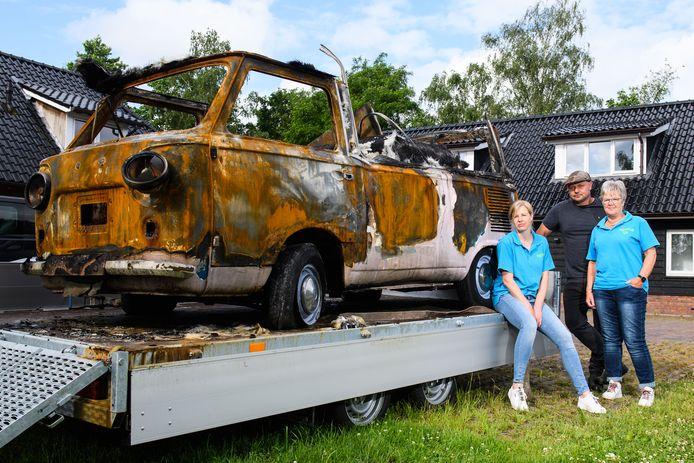 Jolien, Han en Jannie bij de ijscowagen, een tastbare herinnering aan wijlen Willem Bijkerk. Afgelopen weekeinde brandde de roze Fiat volledig uit.