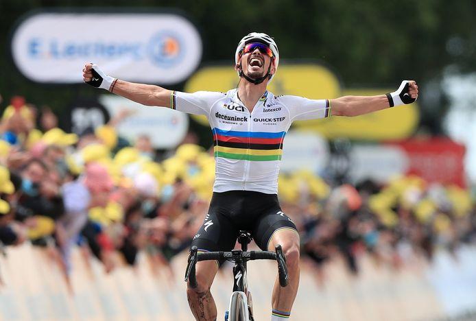 Julian Alaphilippe won de eerste etappe, die over 198 kilometer van Brest naar Landerneau ging.