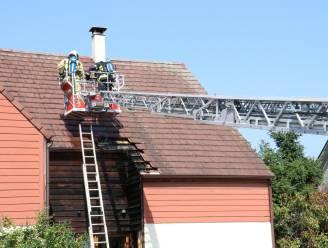Brandweer kan zware schade vermijden bij beginnende dakbrand: Bewoner met brandwonden naar ziekenhuis