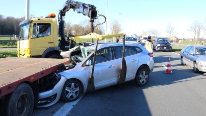 Jonge bestuurder (19) als bij wonder lichtgewond nadat hij onder geparkeerde oplegger terechtkomt