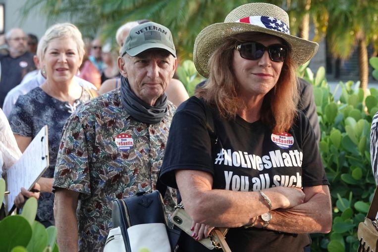 Aanhangers van de voormalige Amerikaanse president Donald Trump en de gouverneur van Florida Ron DeSantis in de rij voor het evenement Fox & Friends, donderdag in Palm Beach. DeSantis tekende daar een nieuwe kieswet. Beeld AP