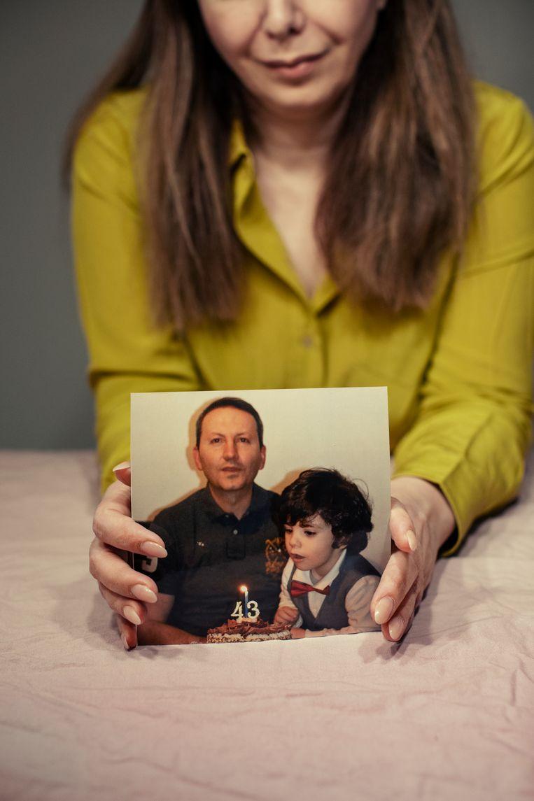 Vida Mehrannia met een foto van haar echtgenoot Djalali en hun zoontje Beeld Rosie Alm