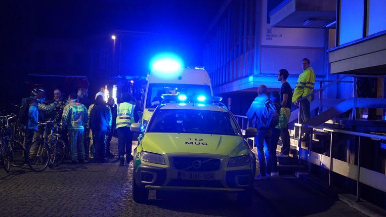 De hulpdiensten stopten het slachtoffer eerst onder de douche en brachten hem dan naar het ziekenhuis.