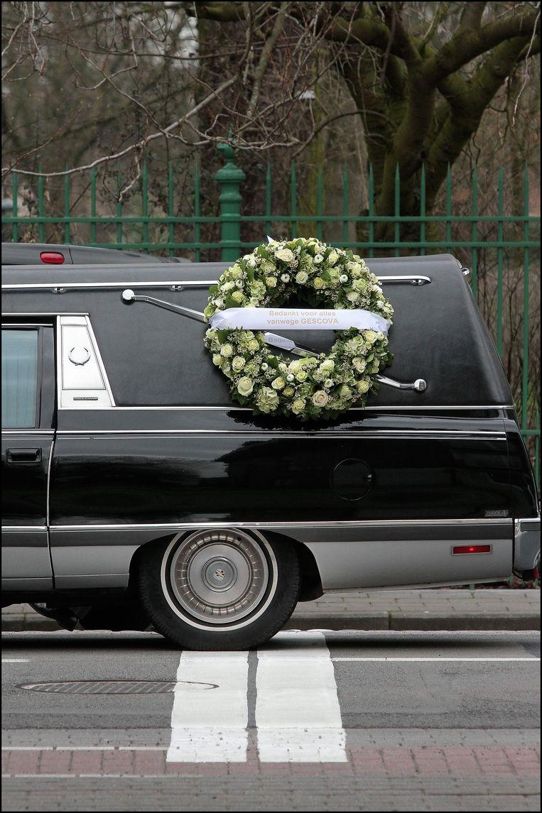 Wie in een lijkwagen naar de kerk gebracht wordt, passeert de eindmeet. Die van Gent-Wevelgem in dit geval. Of hoe een beeld ook één brok symboliek kan zijn. Beeld Henk Deleu