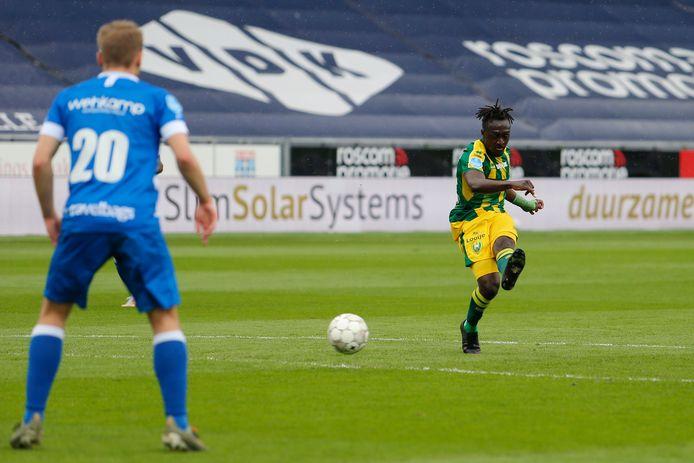 Zonder tegenstander op de huid kan Bobby Adekanye uithalen voor de enige treffer bij PEC Zwolle tegen ADO Den Haag.