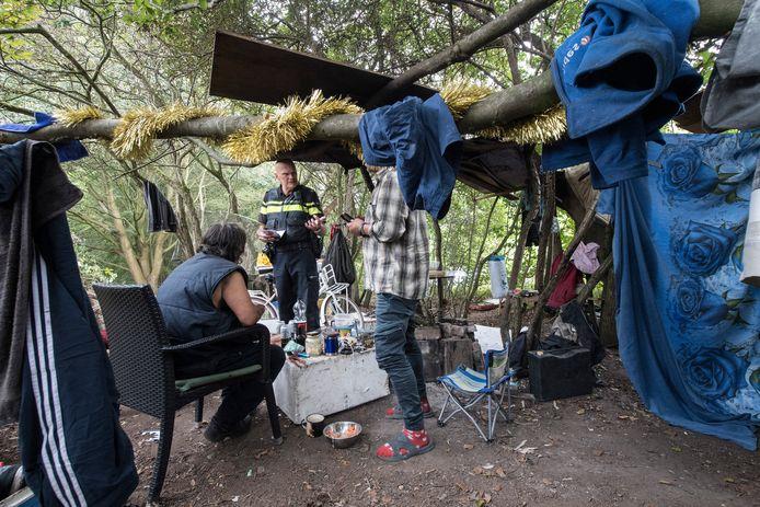 Wijkagent Frits Burgers komt poolshoogte nemen in het tentenkamp in Tiel-Oost.