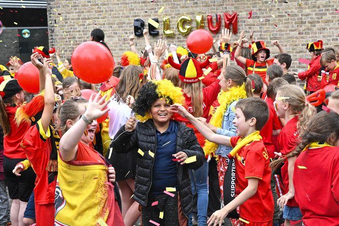 'Belgium' staat te lezen in de drie Belgische kleuren op de gevel van GBS Klavertje Vier.