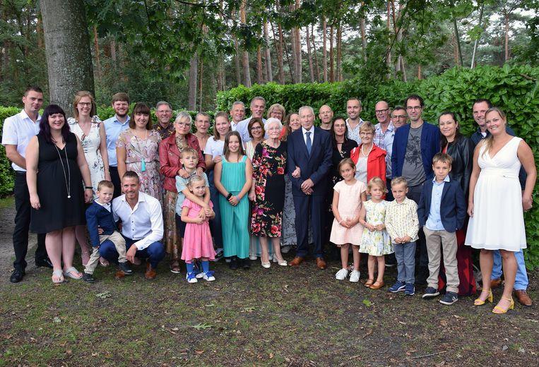 Agnes Hooyberghs en Louis Van Decraen met hun kinderen, kleinkinderen en achterkleinkinderen