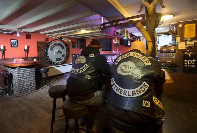 Leden van de Black Sheep in hun clubhuis.