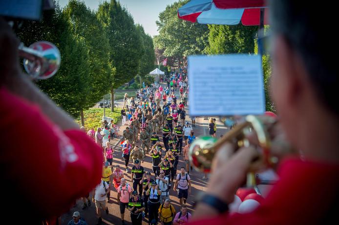 De Neutekrakers uit Alverna maken een feestje van de doortocht van de Vierdaagse.