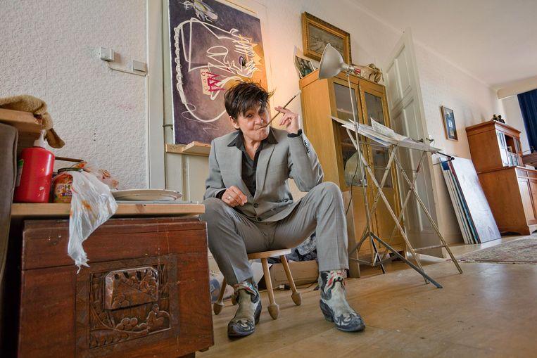 Artiest Frédérique Spigt in de woonkamer, waar ze schildert. Beeld Otto Snoek