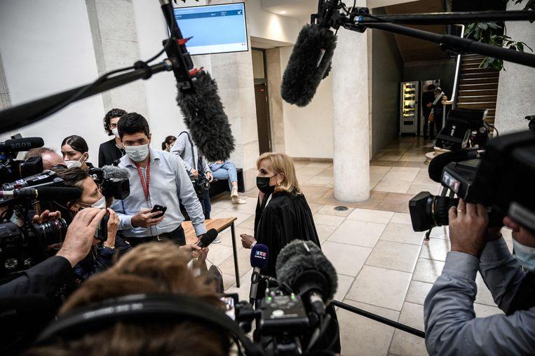 De advocaat van Bacot staat de pers te woord.  Beeld AFP