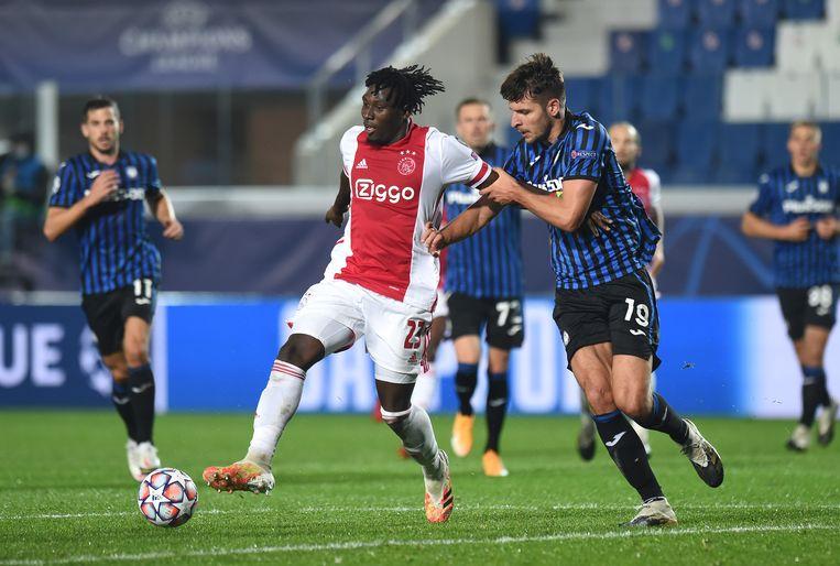 Lassina Traoré, ook pas 19 jaar oud, in duel met Berat Djimsiti van Atalanta Bergamo. Beeld UEFA via Getty Images