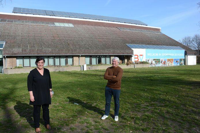 Sportschepen Katrien Claus en sportfunctionaris Dirk De Backer voor het oude zwembad. De voorzijde met de burelen wordt gesloopt, al de rest volledig gestript.