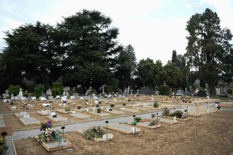 Een begraafplaats in Bergamo, met verse graven.   Beeld AFP