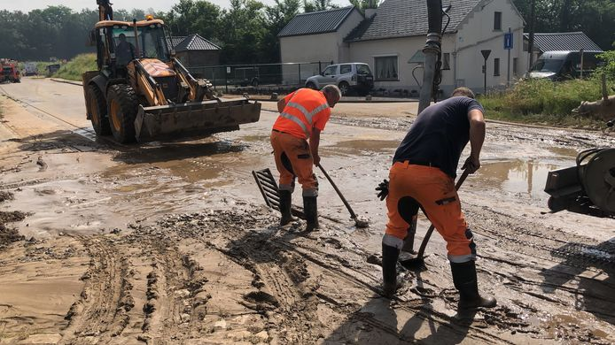 In de Kumtichstraat in Tienen waren arbeiders flink in de weer om de modder te ruimen.