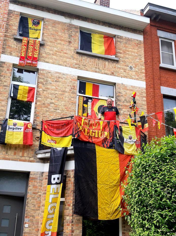 Alain Decaluwé, bij zijn versierd huis. Wie doet beter?