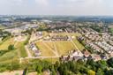 Een deel van het gebied waar Enschotse Tuinen wordt gebouwd. Op dit stuk komen circa 105 woningen van de deelprojecten Bloemenhof en Dorpsgaarde. Links (nu nog onder hoogspanningsdraden) is een brede wateropvangstrook gepland.  Linksboven loopt de Burgemeester Bechtweg.